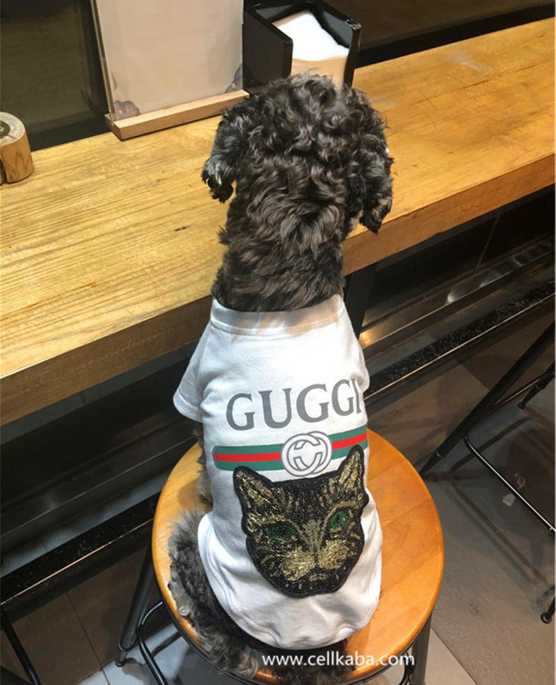 ハイブランドグッチのTシャツ、可愛い犬の服、シンプルで高質、かっこいい上着、ファション感が持っている、潮流がぴったり合う。身頃は薄手のTシャツ生地に、GUCCIロゴプリントのデザインされています。