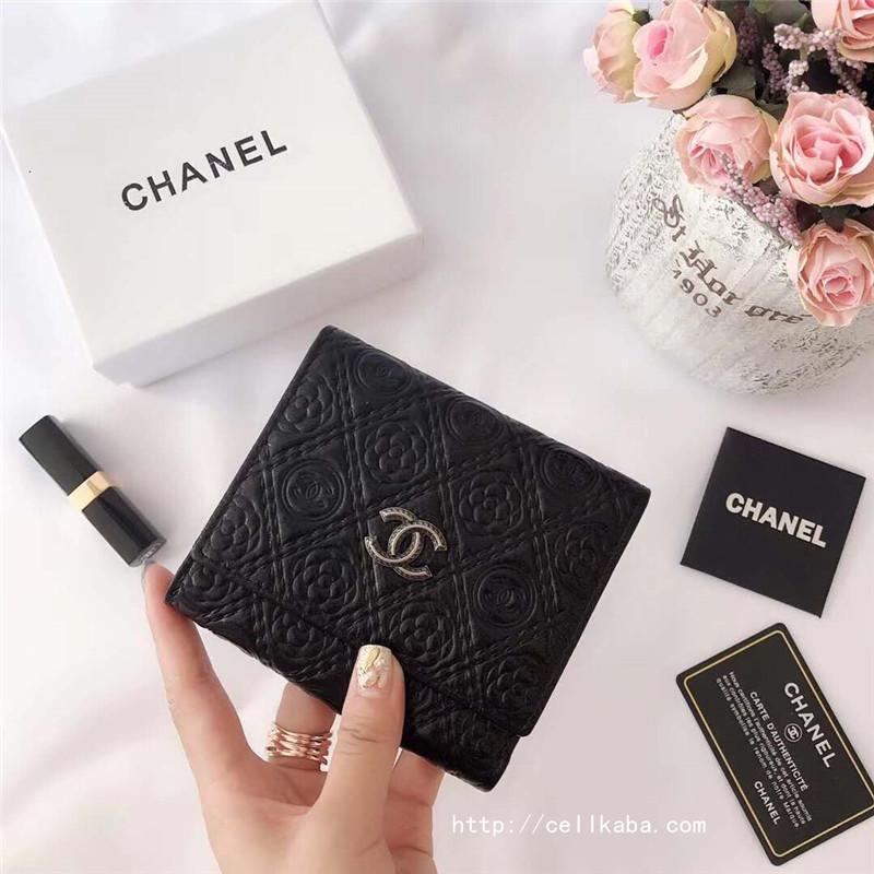 ブランドCHANEL三つ折りウォレット、出かけるのに非常に便利な財布。シンプルなデザインながら上品な本革仕様で、ビジネスシーンからカジュアルなシチューションまで、年齢問わず幅広くお使い頂けます。